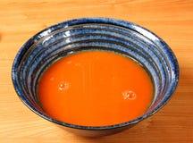błękitny pucharu czerwony zupny pomidor Obraz Stock
