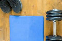 Błękitny ręcznik dla pisać i czarny sportowy wyposażenie dla tła, Obraz Stock