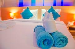 Błękitny ręcznik na łóżku Zdjęcia Stock