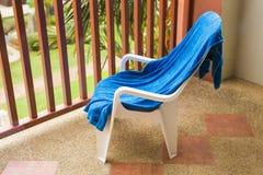 Błękitny ręcznik na białym krześle Obraz Stock