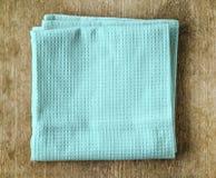 Błękitny ręcznik na drewnianym stole Obrazy Stock