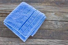 Błękitny ręcznik na drewnianym tle Zdjęcia Stock