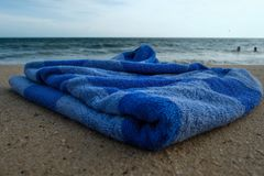 Błękitny ręcznik na piaskowatej plaży Obraz Royalty Free