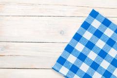 Błękitny ręcznik nad drewnianym kuchennym stołem Obraz Stock