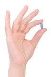 błękitny ręki mienia pigułka Obrazy Stock