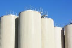 błękitny rafinerii ropy naftowej nieba magazynu zbiorniki Zdjęcia Royalty Free