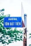 Błękitny rdzewiejący znak uliczny z tekstem Zdjęcie Stock