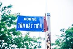 Błękitny rdzewiejący znak uliczny z tekstem na białym tle Fotografia Royalty Free