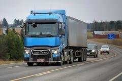 Błękitny Renault Przewozi samochodem T na drodze Semi Zdjęcia Stock