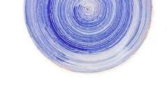 Błękitny round ceramiczny talerz z spirala wzorem na bielu, odosobnionym zdjęcia stock