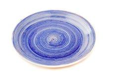 Błękitny round ceramiczny talerz z spirala wzorem na bielu, odosobnionym obraz royalty free