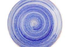 Błękitny round ceramiczny talerz z spirala wzorem na bielu, odosobnionym fotografia royalty free
