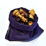 Błękitny sac z szachowym ustawiającym na białym tle Obrazy Royalty Free
