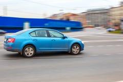 Błękitny samochód przy prędkością w mieście zdjęcie royalty free