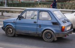 Błękitny samochód w drodze Obraz Stock