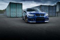 Błękitny samochodowy BMW 3 serii E91 stoi blisko zbiorników Zdjęcie Royalty Free