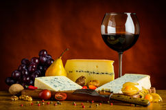 Błękitny ser i czerwone wino Obrazy Royalty Free