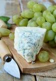 błękitny sera winogron nożowy kawałek Zdjęcie Royalty Free