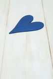 Błękitny serce na białym tle, drewno malował Greckiego błękit Obrazy Royalty Free