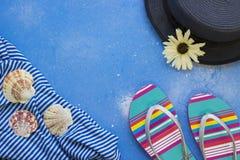 Błękitny sproszkowany tło z turystycznymi ` s rzeczami obrazy royalty free