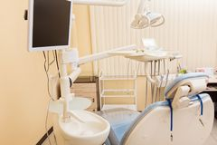 Błękitny stomatologiczny krzesło w dentystach biurowych Zdjęcia Stock