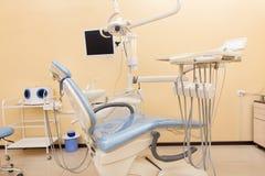 Błękitny stomatologiczny krzesło w dentystach biurowych Zdjęcie Royalty Free
