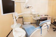 Błękitny stomatologiczny krzesło w dentystach biurowych Obrazy Royalty Free