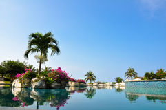 Błękitny swmiming basen obok morza Fotografia Royalty Free