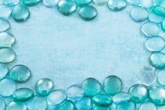 Błękitny szkło opuszcza aqua tło Zdjęcie Royalty Free