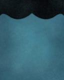 Błękitny tło z abstrakcjonistyczną czarną symetryczną granicą z galanteryjnymi eleganckimi krzywami Zdjęcia Royalty Free
