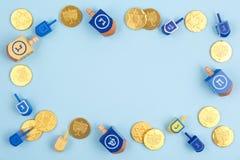 Błękitny tło z multicolor czekolad monetami i dreidels Brzęczenia Obraz Royalty Free