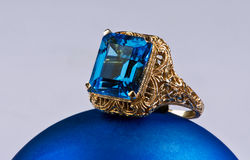 Błękitny Topazowy Złocisty pierścionek. Fotografia Royalty Free