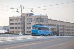 Błękitny tramwaj na Bolshoy Ustinsky moscie, Moskwa stanu uniwersytecie projekt i technologii, Zdjęcie Stock
