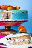 Błękitny truskawkowy warstwa tort Fotografia Royalty Free
