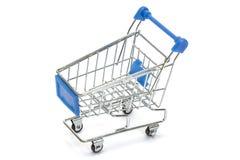 Błękitny wózek na zakupy na bielu Fotografia Stock