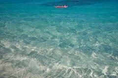 błękitny wysp s tropikalnej u dziewicy ciepła woda Obrazy Royalty Free