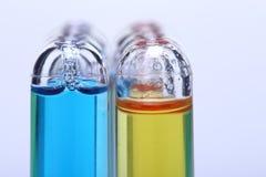 Błękitny Yelllow ciecz w grupie Szklanej tubki czerwona nakrętka, Lab test zbyt Zdjęcie Royalty Free