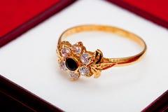 błękitny złocistego pierścionku biel cyrkony Obrazy Royalty Free