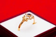 błękitny złocistego pierścionku biel cyrkony Obrazy Stock