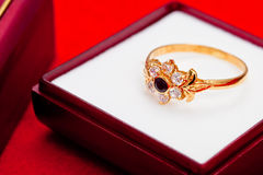 błękitny złocistego pierścionku biel cyrkony Obraz Stock