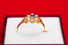 błękitny złocistego pierścionku biel cyrkony Fotografia Stock