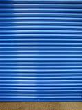 błękitny zamkniętego kontrasta drzwiowa żaluzja Fotografia Royalty Free