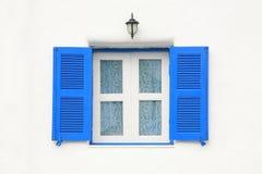 błękitny zasłony kwiatu wzoru rocznika okno Obrazy Stock