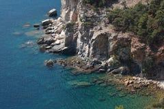 Błękitny zielony morze z skałami Zdjęcie Royalty Free