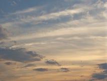 Błękitny zmierzchu niebo z pomarańczowymi chmurami zdjęcie royalty free