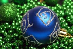 Błękitnych bożych narodzeń balowy nadmierny zielony tło zdjęcie stock