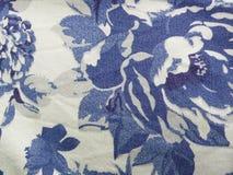 Błękitnych i białych kwiatów wzoru tkanina Obrazy Royalty Free