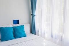 Błękitnych temat poduszek sypialni światła biała zasłona Obraz Royalty Free