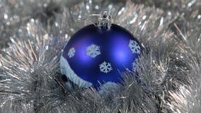 Błękitnych wielkich nowego roku i bożych narodzeń dekoracj szklana piłka z płatkami śniegu - dekoracje zbiory