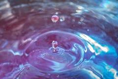 Błękitnych wod kropelki zdjęcia stock